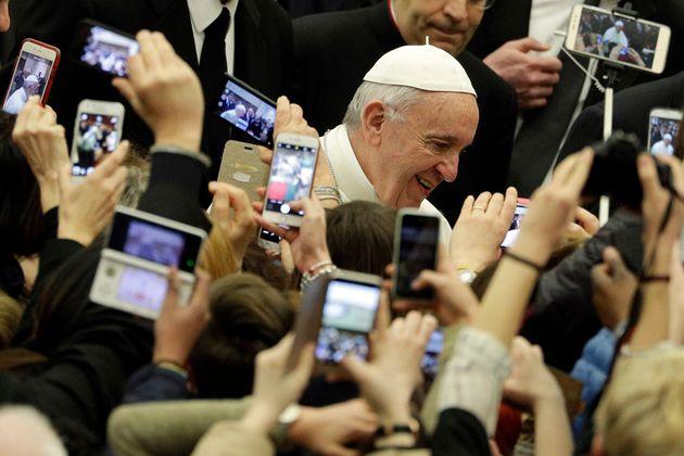 El papa Francisco, fotografiado por decenas de móviles a su llegada a una audiencia general en...