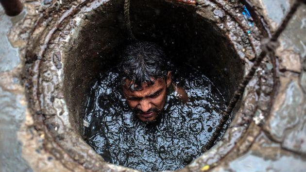 Limpiar heces a mano, una historia de casta y discriminación en la