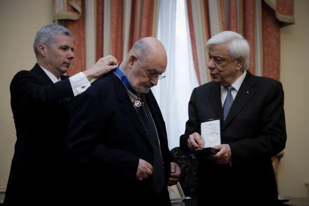 Η παρασημοφόρηση του Κώστα Γεωργουσόπουλου από τον Πρόεδρο της Δημοκρατίας.