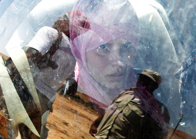 Από το 2011, οπότε και εικονίζεται η γυναίκα σε αυτή τη φωτογραφία, συνεχίζεται το δράμα της Λιβύης με θύματα τους αμάχους, που μετατρέπονται σε πρόσφυγες για να διαφύγουν και να σωθούν. REUTERS/Zohra Bensemra/File Photo
