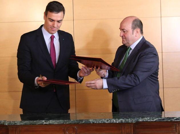 El líder del PSOE, Pedro Sánchez, y el presidente del PNV, Andoni