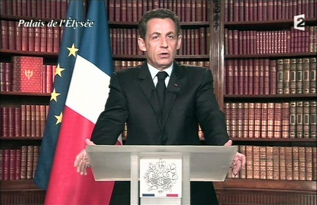 Nicolas Sarkozy adressant ses vœux depuis la bibliothèque de