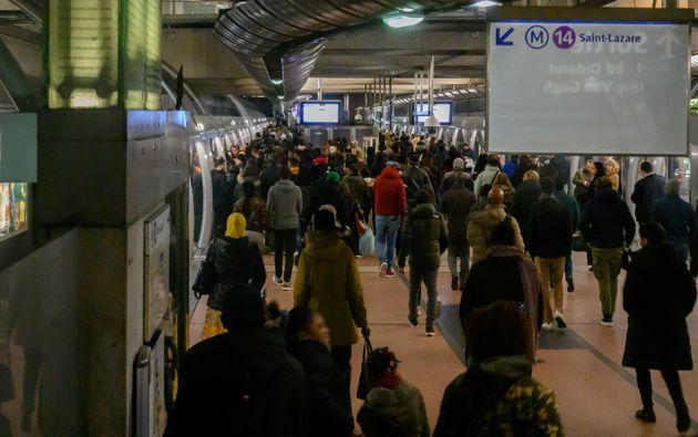 Des usagers de la ligne de métro 14, gare de Lyon à Paris, le 25 décembre