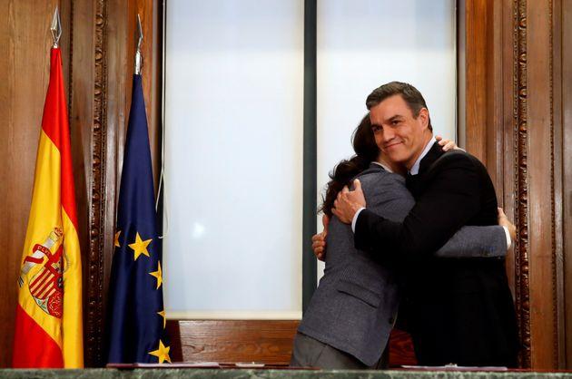 Abrazo entre Pedro Sánchez y Pablo Iglesias este lunes en el