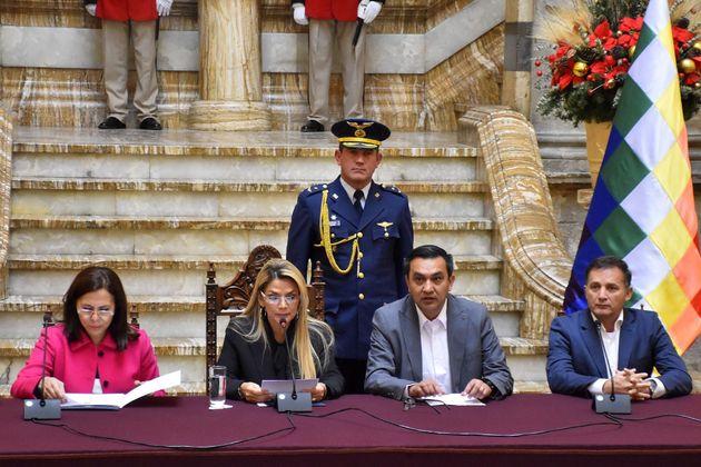 Comparecencia de la presidenta interina de Bolivia, Jeanine Áñez (2-i) junto a la Canciller, Karen Loganric...