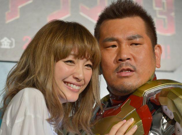 木下優樹菜さん(左)と藤本敏史さん