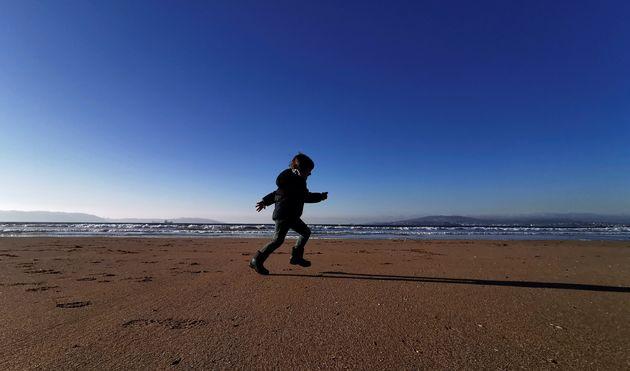 Un niño corretea por la playa de Ber, en el concello coruñés de