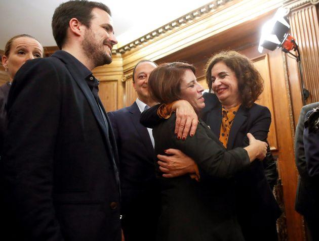 La ministra de Hacienda María José Montero (d) abraza a la portavoz socialista en el Congreso, Adriana...