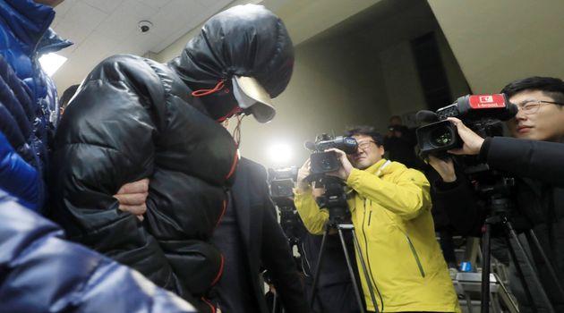 30일 오후 전북 전주시 완산경찰서에서 '얼굴없는 천사'의 기부금을 훔쳐 달아난 용의자들이 검거되어 청사로 압송되고