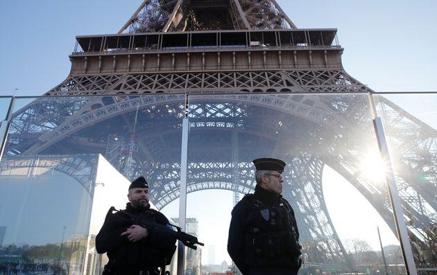 À Paris, comme chaque année, la nuit de la Saint-Sylvestre a été placée...