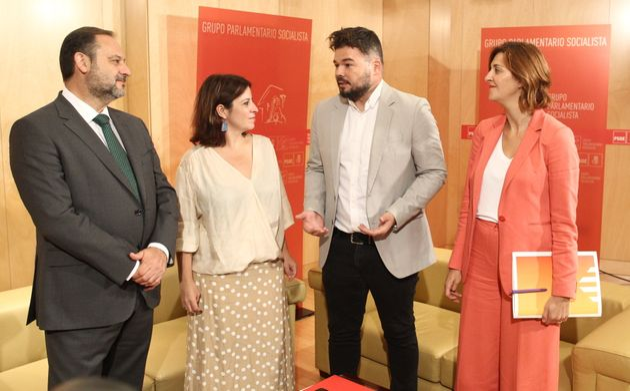 De izquierda de a derecha, José Luis Ábalos, Adriana Lastra, Gabriel Rufián y Carolina