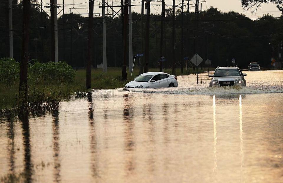 Una camioneta atraviesa una zona inundada en Texas (EE UU) una semana después del paso del huracán...