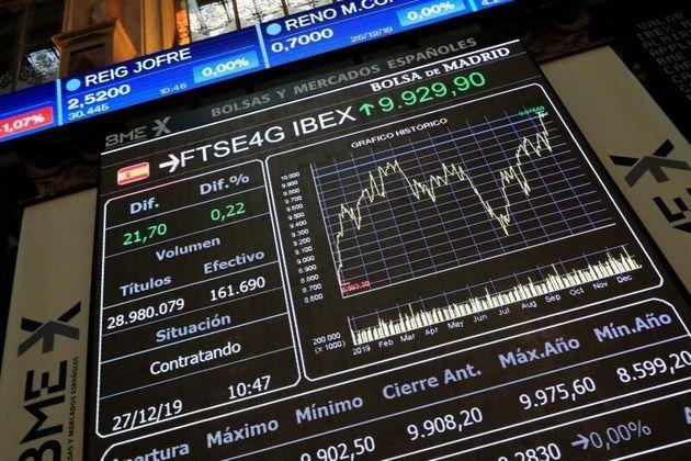Vista de la pantalla con la evolución del IBEX 35 en el parqué de la Bolsa de