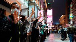 La mezzanotte di Hong Kong con la catena umana e senza fuochi