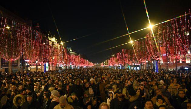 La foule attend le décompte du Nouvel an sur les Champs-Élysées, à Paris, ce 31