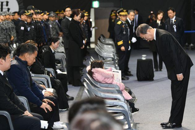 문재인 대통령이 대구 달서구 계명대학교 실내체육관에서 엄수된 독도 소방헬기 추락사고 순직 소방항공대원 5명의 합동영결식에 참석해 유가족들에게 머리를 숙이고 있다.