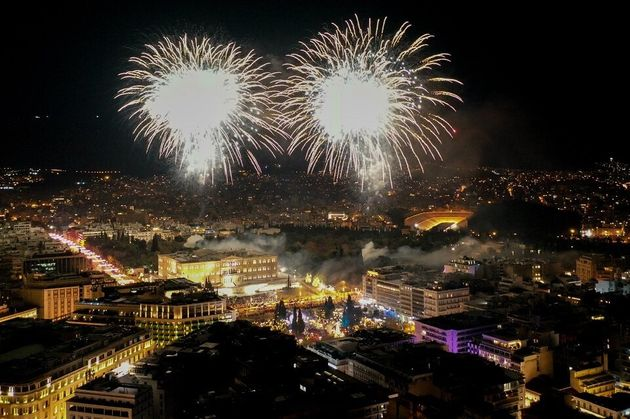 Λαμπερή πρωτοχρονιά: Η Ελλάδα έβαλε τα γιορτινά της και καλωσόρισε το νέο