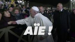 Agrippé brusquement par une fidèle, le pape François perd son