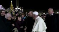 «Κάποιες φορές χάνουμε την υπομονή μας, συγγνώμη»: Επεισόδιο μεταξύ Πάπα και πιστής στην πλατεία του Αγίου
