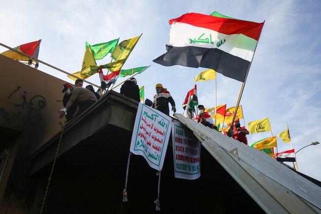 Mardi 31 décembre, une foule de milliers de personnes en colère s'est attaquée à...
