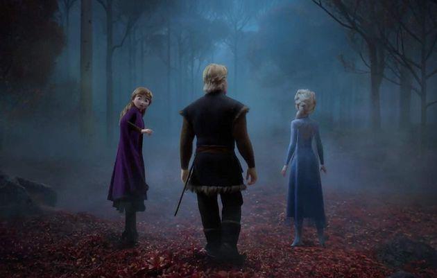 Anna, Kristoff e Elsa encaram uma floresta mágica cheia de mistérios que traz mais densidade...