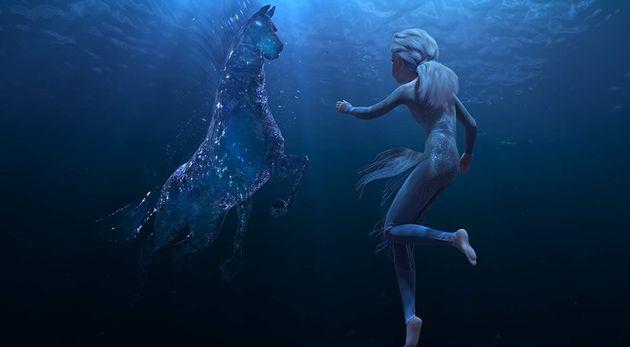 Elsa em sua busca para compreender a si mesma em uma das sequências mais impressionantes do filme,...