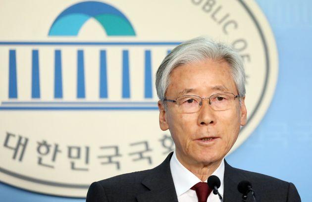 국회 법제사법위원장인 여상규 자유한국당 의원이 2일 서울 여의도 국회 정론관에서 21대 총선 불출마 선언을 하고 있다.