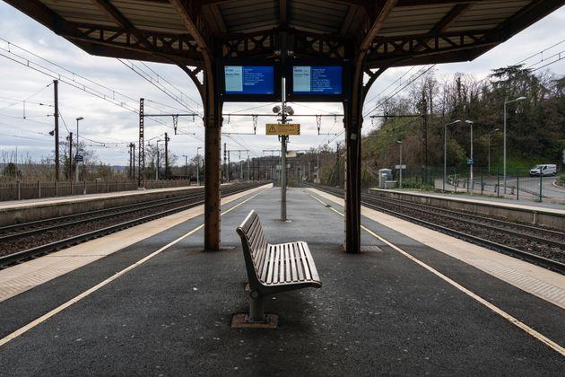 Un quai vide à la station Saint Germain au Mont d'Or, près de