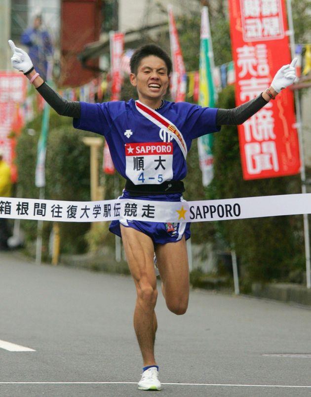 往路を1位でゴールする順天堂大学5区の今井正人選手(2007年)