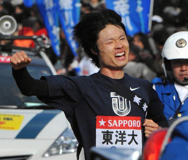 ゴール手前でガッツポーズする東洋大の柏原竜二選手(2012年)