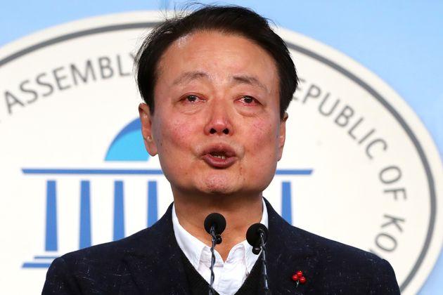 한선교 자유한국당 의원이 2일 오전 서울 여의도 국회 정론관에서 21대 총선 불출마 선언을 하며 눈물을 흘리고 있다.