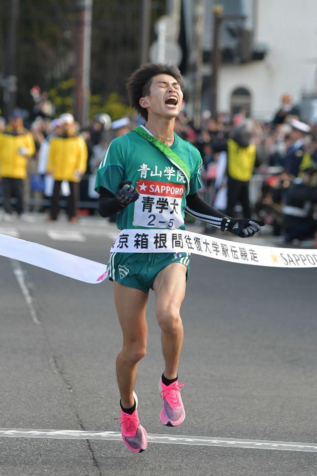 往路を1位でゴールする青山学院大の飯田貴之選手(2020年1月2日)