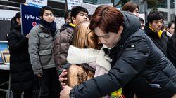 일본 대학생들이 소녀상 앞에서 일본의 잘못을
