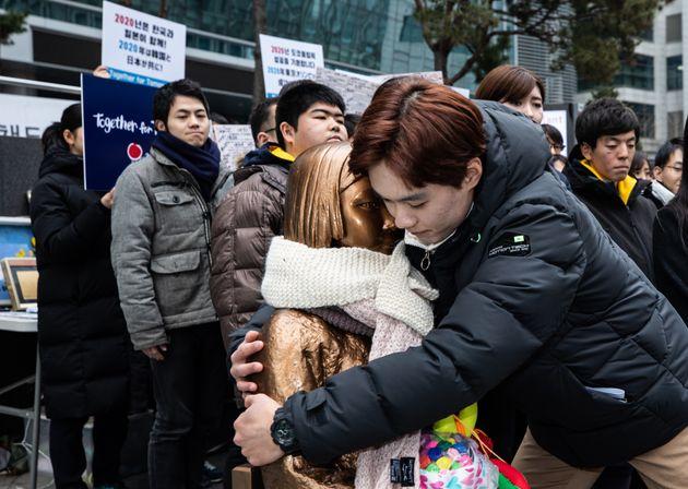 세계평화청년학생연합 소속 한·일 청년들이 2일 오후 서울 종로구 옛 일본대사관 앞에서 열린 한일청년대학생 서울평화공동선언 기자회견에서 평화의 소녀상과 포옹하고