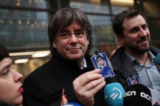 Imagen de archivo de Puigdemont con su acreditación en el Parlamento