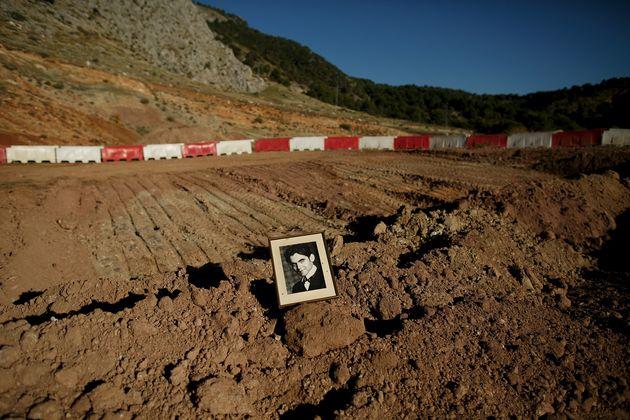 Un marco con una foto de Federico García Lorca, en mitad de la excavación de una posible...