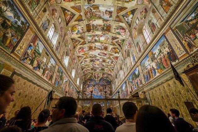 Crolla l'intonaco ai Musei Vaticani. Sotto choc una turista sopravvissuta alle Torri