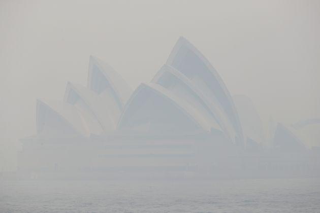 짙은 들불 연기에 휩싸인 시드니 오페라 하우스. 덥고 건조하여 평소보다 들불이 빨리 일어났다.