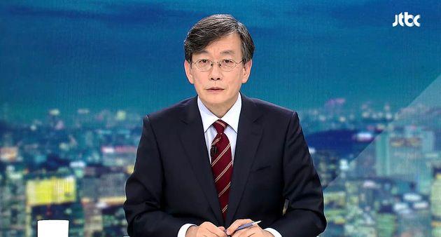손석희 JTBC 대표이사가 2일 경기 고양시 일산 JTBC 스튜디오에서 'JTBC 뉴스룸 신년특집 대토론 2020'을 진행하고 있다. 이날 토론회에서는 유시민 노무현재단 이사장과 과거...