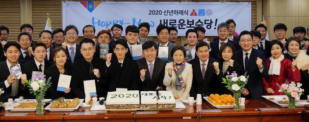 유승민 새로운보수당 인재영입위원장, 하태경 창당준비위원장, 지상욱 의원 등이 1일 서울 여의도 국회에서 열린 새로운 보수당 2020 신년하례식에서 파이팅을 외치고 있다.