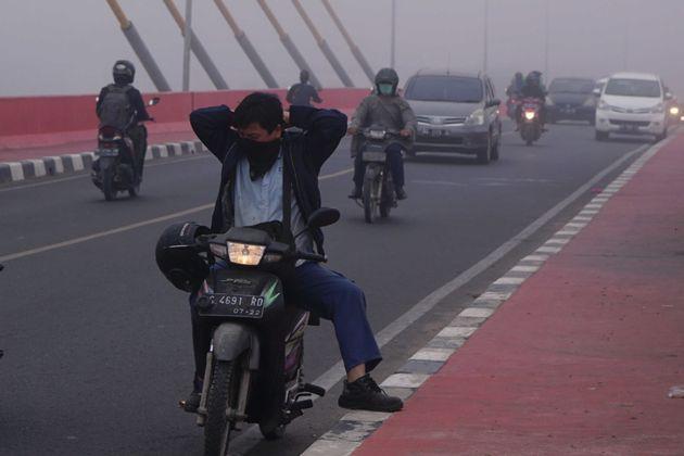 인도네시아 팔렘방. 인도네시아 당국에 의하면 공기의 질이 위험 수준까지 악화되었다.