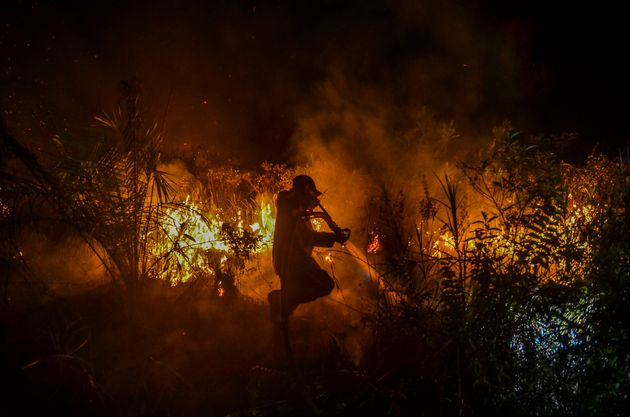 리아우주 페반바루의 숲에서 진화 작업 중인 소방수. 인도네시아의 화재는 수십 년 전부터 매년 있어왔지만, 2019년은 특히 심각했다.