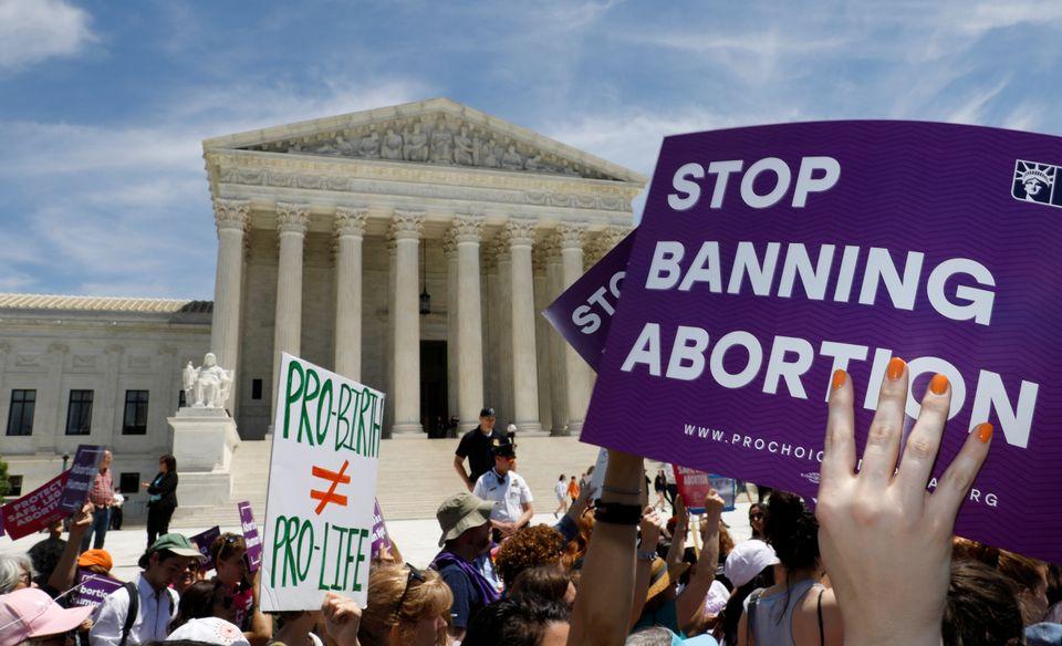 (자료사진) 임신중절권을 지지하는 시민단체 활동가들이 미국 연방대법원 앞에서 시위를 벌이는 모습. 워싱턴DC. 2019년