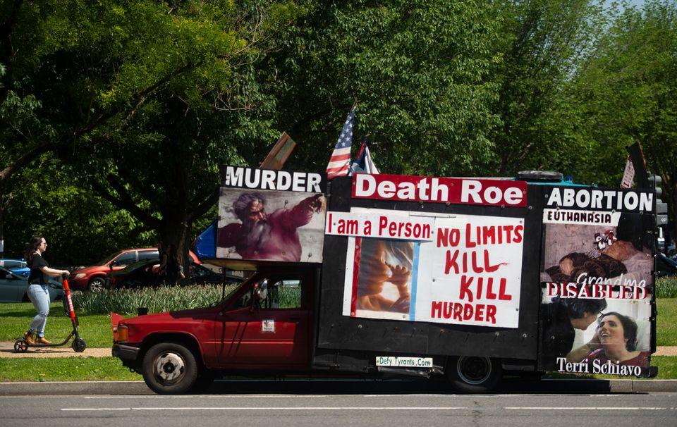 (자료사진) 한 임신중절 반대 운동가의 홍보물로 뒤덮인 차량이 길거리에 세워져있다. 워싱턴DC. 2019년
