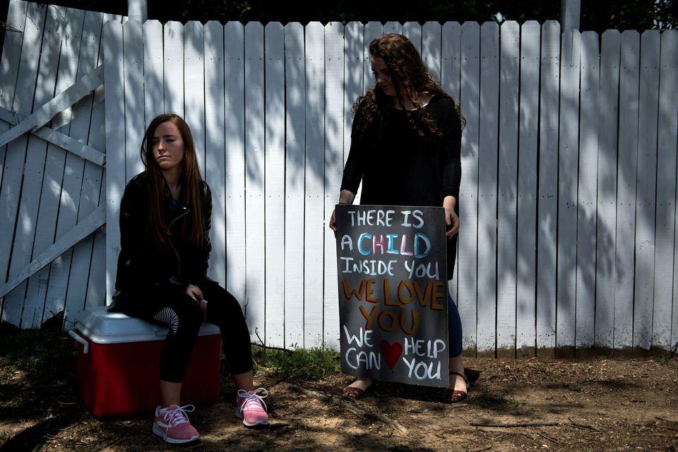 (자료사진) 미시시피주의 임신중절 시술 병원 앞에서 시위를 벌이고 있는 임신중절 반대 단체 활동가의 모습. 미시시피주 전체에서 임신중절 병원은 이곳 단 하나 뿐이다. 잭슨, 미시시피....