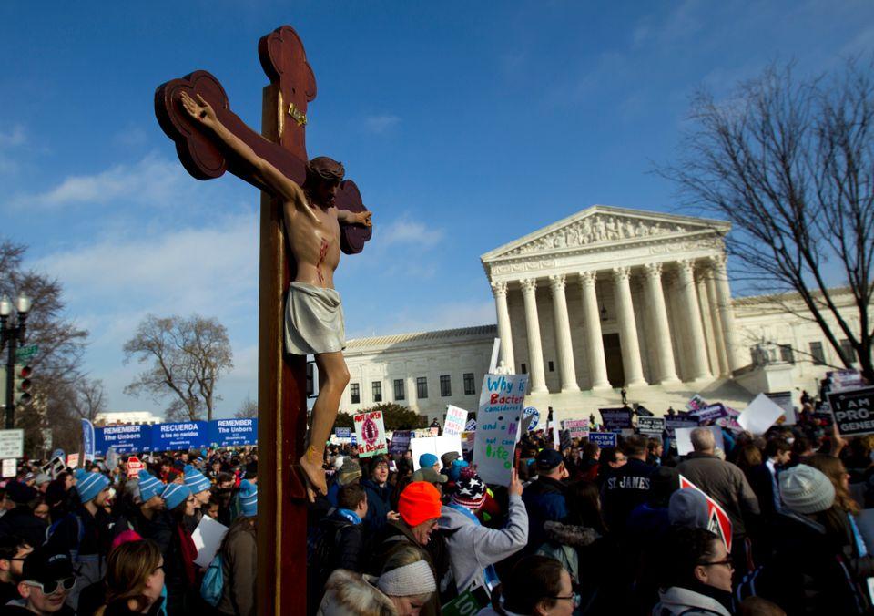 (자료사진) 루이지애나주 의회가 제정한 '임신중절 제한법' 집행정지 신청에 관한 연방대법원의 결정을 앞두고 임신중절에 반대하는 단체 회원들이 법원 앞에서 시위를 열고 있다. 대법원은...
