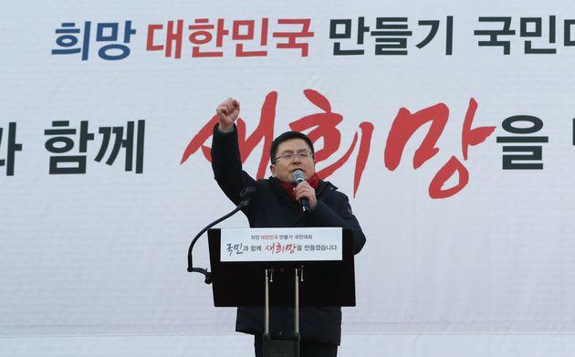 황교안 자유한국당 대표가 3일 서울 광화문 세종문화회관 앞에서 열린 희망 대한민국 만들기 국민대회에서 규탄사를 하고 있다.