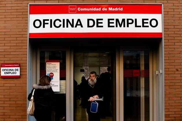 Un hombre sale de una oficina de empleo en Madrid, en una imagen de