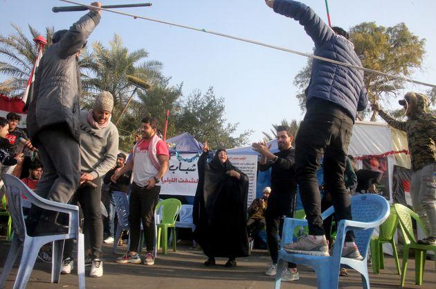 Iraquianos celebram a morte de Soleimani em praça de