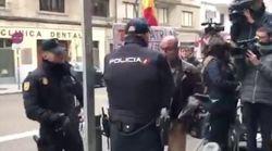 El PP difunde un vídeo de un hombre al que la Policía se lleva a la fuerza de Ferraz cuando se manifestaba por